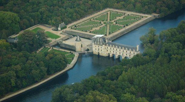 800px-Chenonceau_castle,_aerial_view